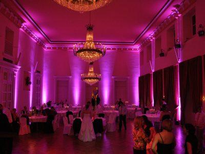 Koehne_7. gr. Saal Nacht-Ambiente magenta